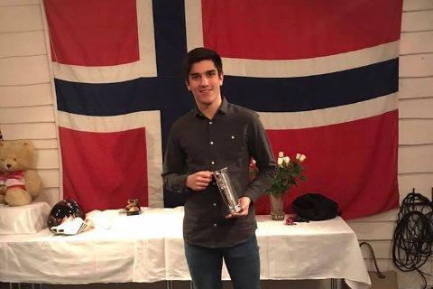 GULLGUTT: Alexander Hestengen viser her frem kongpokalen han i helgen sikret på Lillehammer.