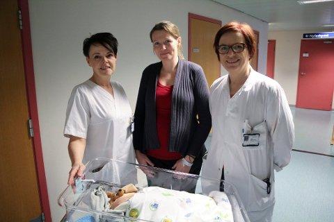 ØKT BEVISSTHET: Jordmor Laila Pedersen, nybakt mor Linda Horne og seksjonsleder Sidsel Petrine Vetås er enige om at fokuset bør være på det nyfødte barnet etter fødselen.