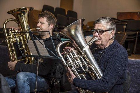 LANG FARTSTID: Bjørn Skalle (79, nærmest) har vært med i Hauge Musikkorps i flere menneskealdre – og spilte blant annet da Fredrikstadbroa ble åpnet i 1957. Til venstre barytonkollega Petter Enghaug.