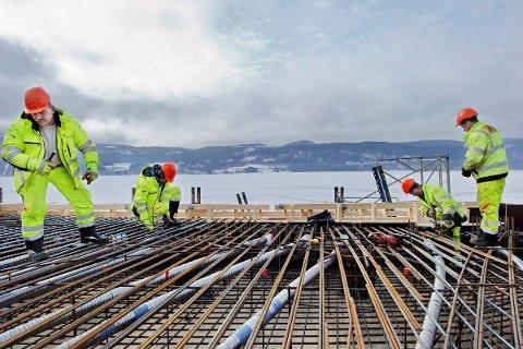SV-politiker Arne Nævra vil flytte penger fra veiprosjekter til jernbane for å sikre fremdriften i dobbeltsporutbyggingen mellom Oslo og sentrale byer på Østlandet, som Fredrikstad.
