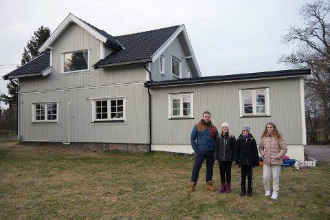 Frykter å få bru rett ved huset: Remi Berg med to av barna: Eline Berg (12) og Linus Berg (10), og skolekamerat Natalie Samuelsen (12). De håper politikerne skjermer boligene i Torpebergveien. (Arkivfoto: Øivind Lågbu)
