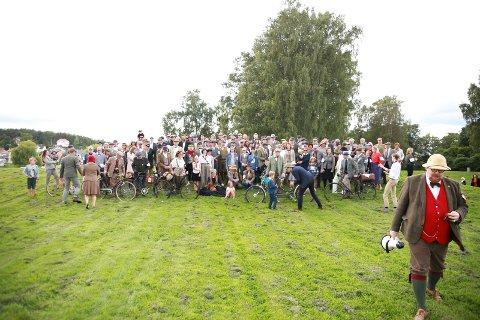 Ny runde: Det bli net Tweed Run nummer to. 1.september er datoen. Foran til høyre en av arrangørene, Knut THomas Hareide-Larsen.