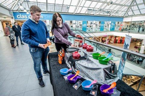 CLEAN LOOK: Jon Sander og Silje er opptatt av at salgsboden deres skal se ren og oversiktlig ut.
