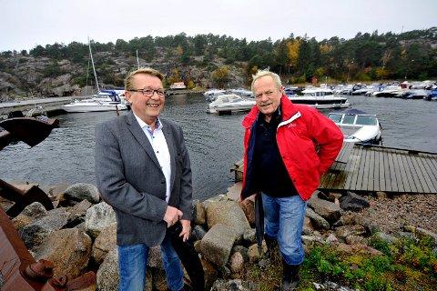 Store visjoner.  Her fra den første presentasjonen av prosjektet for noen år siden. Arild Aaserød (rød jakke) og ordfører i Hvaler kommune, Eivind N. Borge hadde  store planer for parkeringshus i fjellet i bakgrunnen og  vei fra rådhuset og ned til småbåthavnen på Skjærhalden.