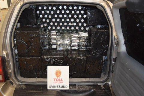 SPRIT OG SIGARETTER: Smugleren forsøkte å smugle mer enn 700 liter sprit inn i landet, men ble tatt.