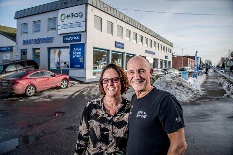 STARTET HJEMME: Britt og Svein Kristiansen startet Slevik Elektriske hjemme i underetasjen på Slevik for 35 år siden. Nå kan de se tilbake på nok et år med god omsetning.