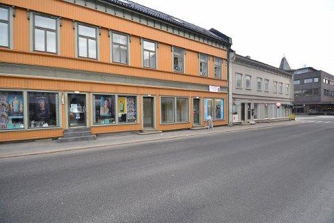 SELGER BYGÅRD: Bygården Glemmengaten 2-4 (gult bygg) selges. Prisantydningen er 10,9 millioner kroner, ifølge annonsen på Finn.no.