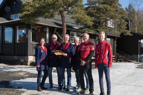 Dugnad: Camilla Imrik, Milos Soukup Helge André Solheim, Rolf og Kim Min Hansen, Jan Edvin og Thomas Blomkvist hadde kioskvakt for skiklubben på Skihyttas siste åpningsdag for sesongen.