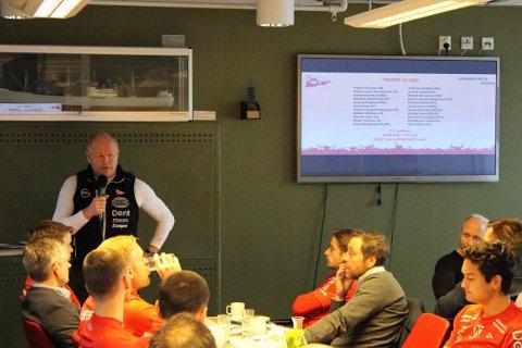 HØGMO INFORMERTE: Per-Mathias Høgmo informerte de tilstedværende om ståa i klubben. Foto: Fredrikstad Fotballklubb