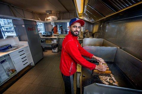 – BLIR IKKE HØRT: Daglig leder Noman Dinarzahi  i Nellys Kebab House er like sterkt imot de drøyt ett år gamle  lukningsreglene, men leverte ikke innspill i høringsrunden. – Vi føler vi ikke blir hørt uansett, sier han.