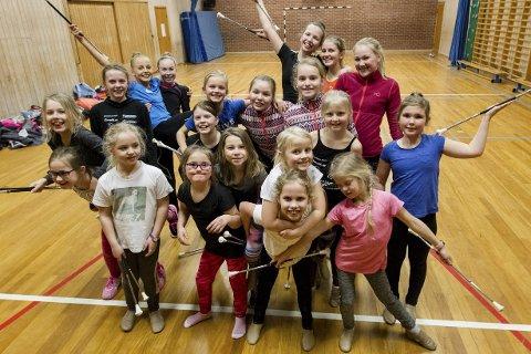 GLAD GJENG: Konkurransedrillen består av 21 jenter fra 10 til 15 år. Her er 20 av dem, og de har plass til flere – også gutter!