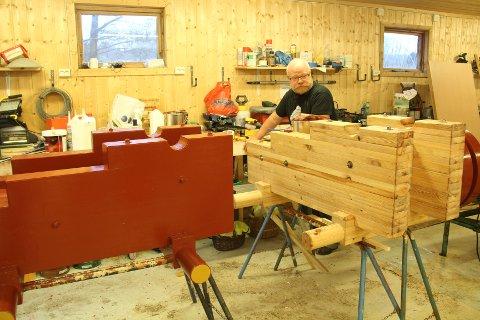 LAGER NYE LAVETTER: Petter Wistner lager tro kopier av de gamle lavettene til kanonene på Akerøya. Til sommeren er kanonene på plass igjen med splitter nye lavetter.