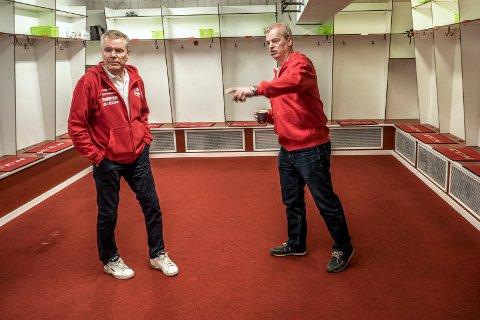 Likte han så: Hockeylegenden Bengt-Åke Gustafsson fikk se garderobene og de øvrige fasilitetene Stjernehallen har å by på. - Mysigt, gliste svensken. (Foto: Geir A. Carlsson)
