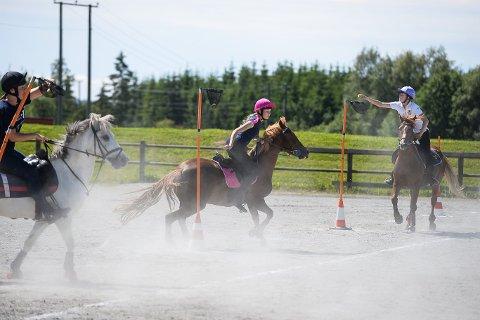 Krevende: Mounted games er en tøff gren innen ridesporten. Det er en stafett med forskjellige øvelser. Borge Rideklubb har et lag med i prestisjefylt konkurranse i Frankrike.