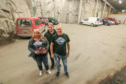 Nytt lokale: Parkeringsgarasjen i rådhuset tas i bruk for lazertag. Mette Durban Andreassen, Jørgen Søderberg Jansen og Cato Rosseland ønsker velkommen.