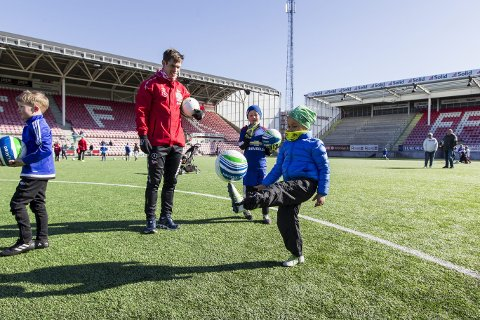 – mange talenter: FFKs midtbanegeneral Eirik Mæland fulgte nøye med mens mange unge håpefulle trente med A-lagsspillerne på Stadion 2. påskedag. Her er det fem år gamle Theodor som viser frem trikseferdighetene.alle foto: Christine heim