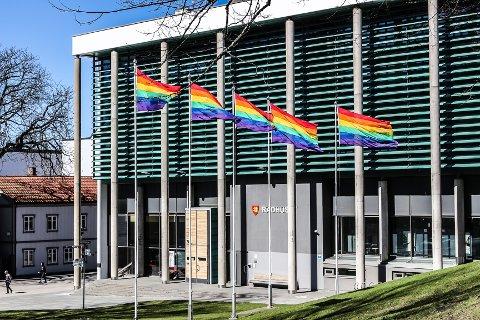 Pride-flagg foran rådhuset i forbindelse med en markering mot rasisme for et par år siden. Nå foreslås det en oppmykning av reglene som vil gjøre det lettere å flagge med andre flagg enn det norske (og andre offisielle flagg) foran rådhuset. Det skapte følelser i bystyret.