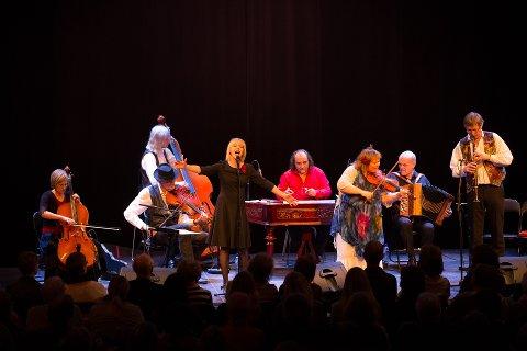 Spenstig sigøynerorkester: Gjertrud Økland med sin fiolin og Britt-Synnøve Johansen med sin stemme bidrar til å gi deg en opplevelse østfra.