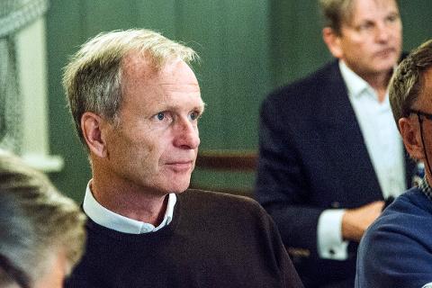 STØTTER AALL: Truls Velgaard (Høyre) mener det er mye substans i kritikken om hemmelighold som MDG-politiker Henning Aall har kommet med. Kanskje blir saken løftet til kontrollutvalget - da kommer den på leder Rune Grundekjøns (bak) bord.