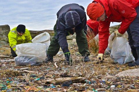Hver-så-god-og-plukk-deg-i-hjel: Det er uendelig med søppel på forskningsstranda på Akerøya. Og mye er veldig, veldig smått.