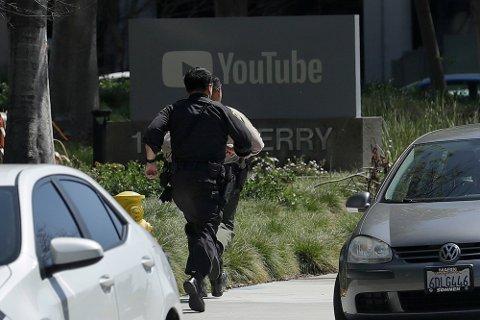 Politiet ankom YouTubes hovedkvarter klokken 12.48 lokal tid tirsdag.