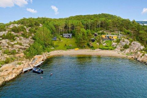 6,2 millioner: Den grå hytta til venstre har to mål tomt og egen strand. Den ligger på Nordre Sandøy og er Hvalers 6. dyreste hytte.