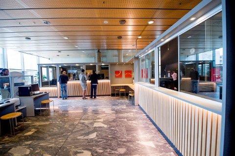 BLE BYGD OM: I fjor ble det innført en rekke nye sikkerhetstiltak på Rådhuset. Blant annet ble Servicetorget bygd om med glassvegger. Et annet tiltak var at tilhørere til åpne demokratiske møter må registrere seg.