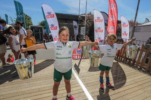 Konkurrerte: Maria Døllerud Vilsted (9) og Saga Puustinen (8) fra Kråkerøy Blå deltar på Fredrikstad Cup for første gang. (foto: Harry Johansson)