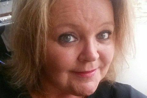 – Jeg vil gjerne vite hvor stanken kommer fra. Det lukter til tider virkelig grusomt her, sier Stine Bernice Martin.