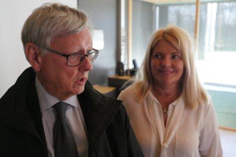 Skisserer veien videre: Setterådmann Nils Holm og Rita Holberg (H), leder for ad hoc-utvalget, skal gjøre sine konklusjoner, og Holm skal legge frem en innstilling til  formannskapsmøtet i juni. (Foto: Øivind Lågbu)