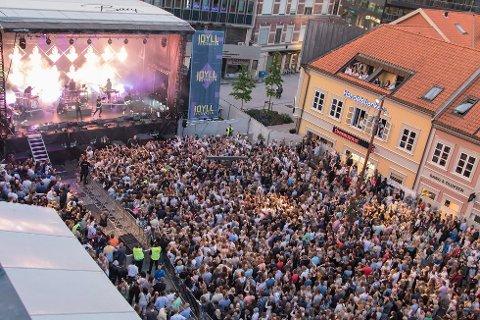 Scenen som skal brukes under Idyllfestivalen, rigges opp fra mandag til torsdag.