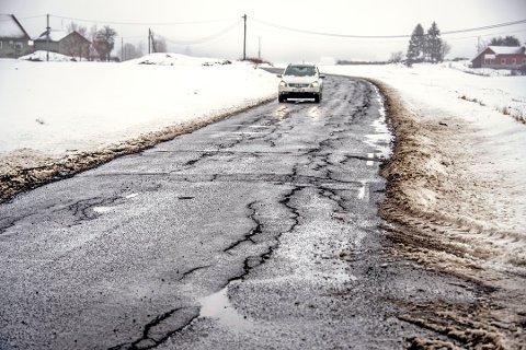 Seppoveien har for lengst gått ut på dato. Nå kommer en gladmelding fra Viken fylkeskommune om at 6,6 kilometer ny asfalt er på vei. Bildet er fra 2018.