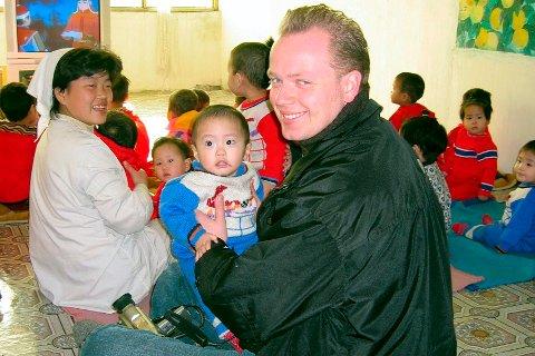 Torben Henriksen fra Fredrikstad har vært i Nord-Korea hele 25 ganger som bistandsarbeider. Her på besøk på et barnehjem i Sariwon i 2006.