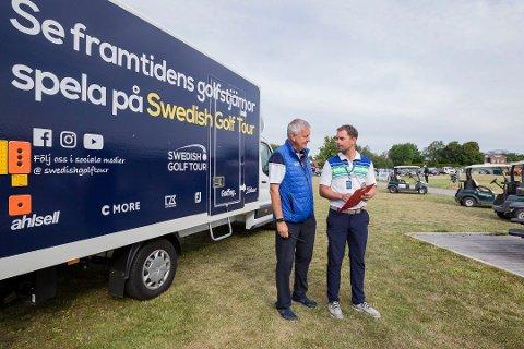GLEDER SEG: Tournament Director for Sweden Golf Tour, Lars Otto Bjørnland (til venstre) og Gamle Fredrikstad Golfklubbs Christoffer Halvorsrød ser frem til ukens turnering.