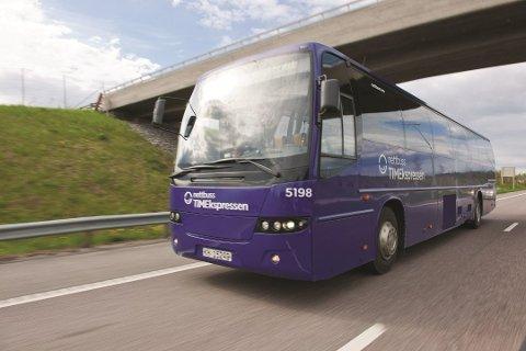 Fikk problemer: Døra på bussen blåste opp midt på E6. Dette er kun et illustrasjonsfoto.