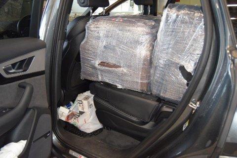 Pakket inn i plast: Sigarettene lå gjemt i kofferter som var pakket inn i plast.