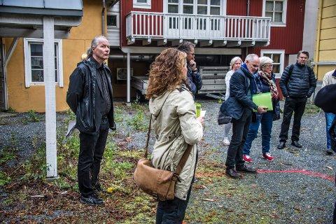 Byantikvar Vegard Lie (til venstre) sluttet i høst. Han var synlig i mange diskusjoner, som her på befaring med planutvalget ved Pay-villaen. Nå søker kommunens hans etterfølger.