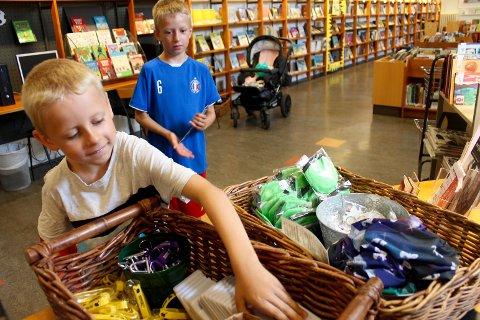 Jesper Rud Nilsen (6) og Tobias Rud Nilsen (8) er med i lesekampanjen, Sommerles, og fikk velge seg premier.