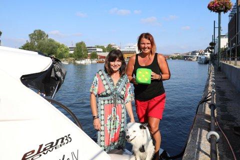 Femmer: Laila Nilsen (til venstre), Stina Gran og skipshunden Pelle trives utmerket i Fredrikstad og på bryggepromenaden.