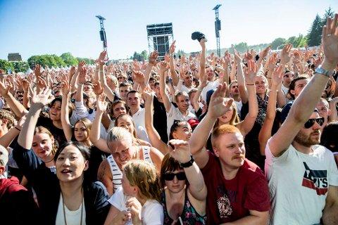 DRIKK VANN: Feststemt publikum under Oslo Sommertid på Voldsløkka på Bjølsen i Oslo i slutten av juni. I helgen er det både festivaler og konserter, og visse forholdsregler bør man ta, råder Røde Kors Hjelpekorps. Foto: Stian Lysberg Solum (NTB scanpix)