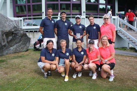 KLARE FOR ELITEDIVISJONEN: Onsøy Golfklubbs kvinnelag, som rykket opp fra 1. divisjon i fjor, med guttelaget i bakgrunne.