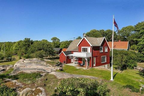 SLEGES: Denne eiendommen på Spjærøy har en enebolig, et anneks, en hytte og et uthus på tomta. Eiendomsmegler Martin Spinnvåg omtaler det som et objekt med mange muligheter.