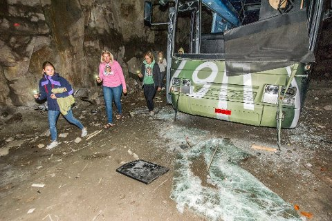 På sporet. Jentene vet nå at fire personer har vært i hulen hvor russebussen deres har stått.