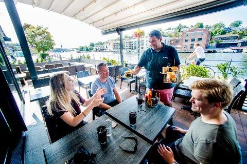 Omsetningsrekord. Restaurantsjef hos Paa Brygga, Harald Philip Brevik, og resten av de ansatte har all grunn til å smile om dagen.