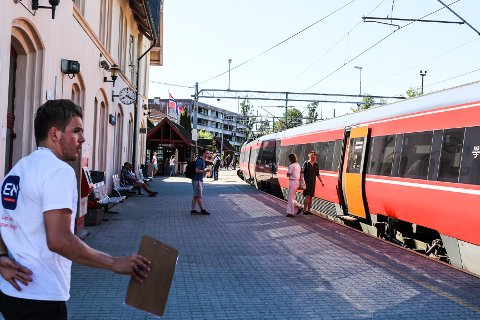 FORTSATT ETT SPOR: Det var ikke mange pendlere som kom med toget fra Rygge og Oslo da FB var innom stasjonen onsdag ettermiddag, men de vi snakket med var ikke fornøyd med at utbyggingen av dobbeltsporet til Fredrikstad blir utsatt.