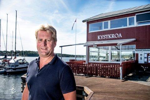 Hodet over vannet: Kystkroa Skjæløy i Onsøy fikk et lite årsresultat på 21.000 kroner i fjor. Eier Rune Kilebu er likevel fornøyd. – Vi ønsker å tilføre noe positivt til Skjæløy-samfunnet, sier han.