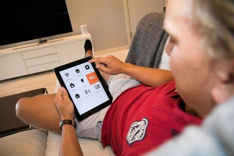 Styre fra skjerm: Elektroelever på Glemmen skal få opplæring i ny teknologi, som smarthussystemer for å styre det elektriske i en bolig.