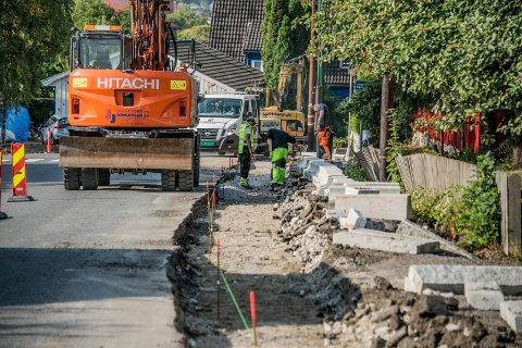 GRAVES IGJEN: Det er igjen gravearbeid i Traraveien etter at det ble oppdaget at fortauet var for smalt.