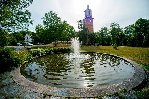 Vakkert ved Glemmen kirke: En vanndam med Per Ungs byste av Egil Hovland.  Foto: Erik  Hagen