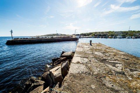 Vikerhavn ytterst på Asmaløy ligger godt beskyttet  bak den gamle stenmoloen.